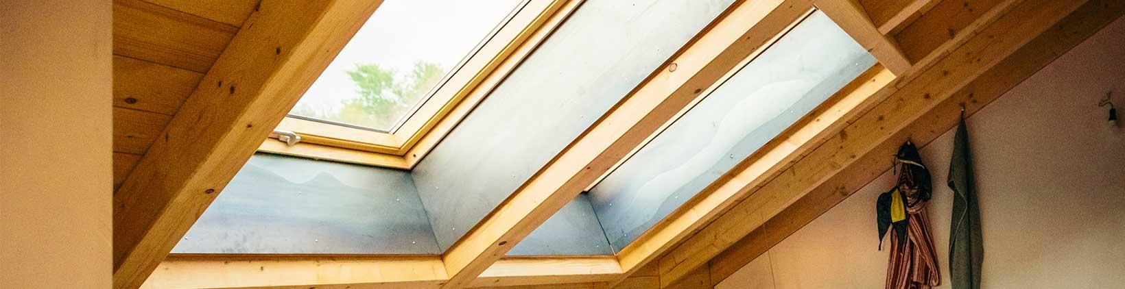 große Dachfenster mit Holzrahmen